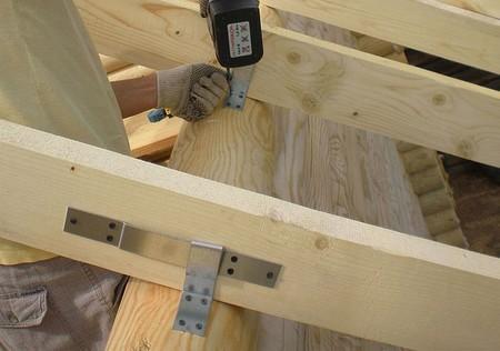 Металлические скользящие опоры на стропильных ногах деревянных строений